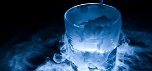 Jika menempatkan es kering dalam air, akan mendapatkan kabut. Harus menggunakan sarung tangan atau penjepit untuk mengambil es kering