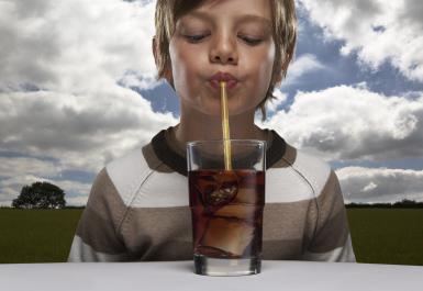 2. Meminum soda melalui sedotan. Minum melalui sedotan meminimalkan kontak antara gigi dan minuman asam.
